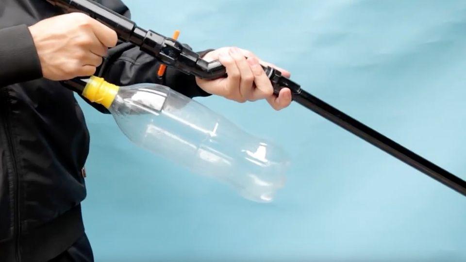 YouTube: Ein Mann in Bomber-Jacke mit selbstgebautem Gewehr