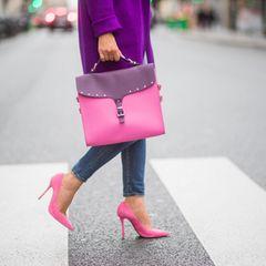 Frau mit linken Pumps und Tasche