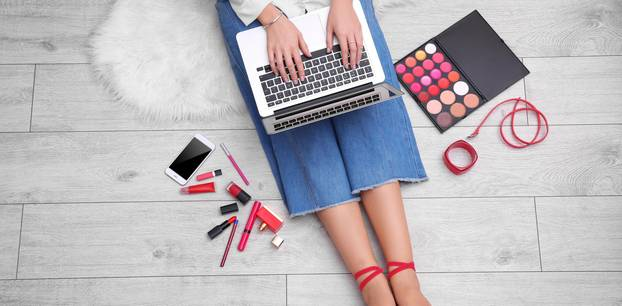 Frau shoppt Produkte am Laptop