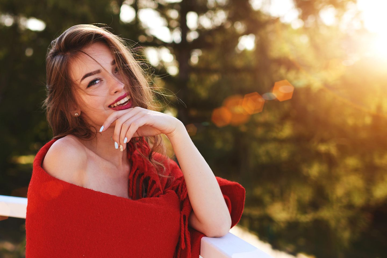 Frau trägt ein rotes Cape und roten Lippenstift