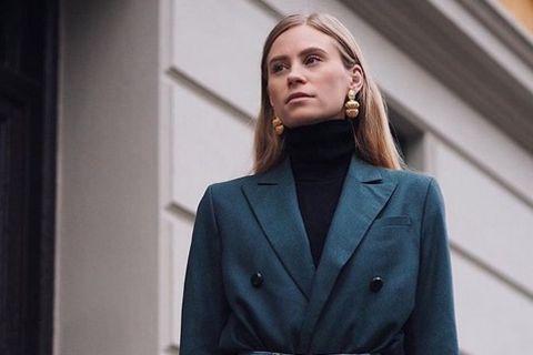 Fashion-Bloggerin trägt Blazer in die Hose gesteckt