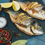 Dorade grillen: gegrillter Fisch mit Kräutern und Gewürzen