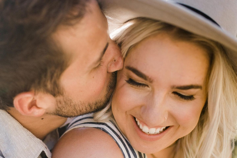 Instagram: Ein Mann mit Drei-Tage-Bart küsst seine blonde Frau liebevoll auf die Wange