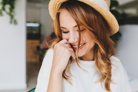 Schüchternheit ablegen: Frau mit Hut