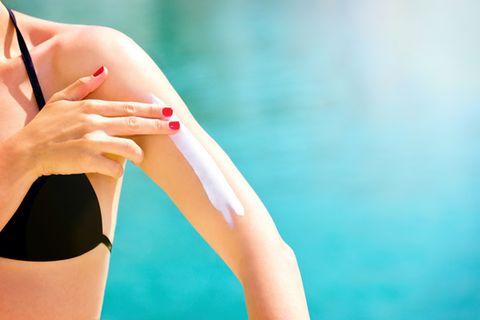 Nanopartikel in Sonnencreme: Frau cremt sich den Arm ein