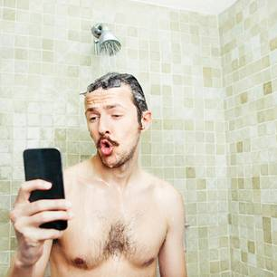 Mann beim Sexting
