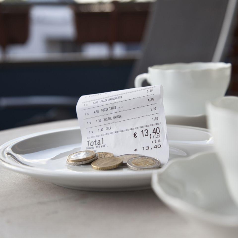Urlaubs-Trinkgeld: Kleingeld auf Untertasse im Cafe