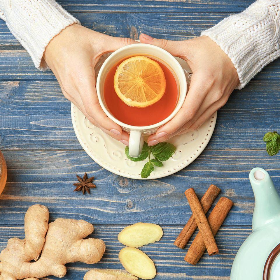 Sexismus: Frauenhände halten eine Teetasse
