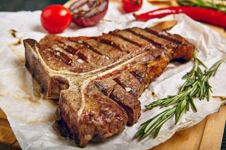 T-Bone-Steak grillen: Steak nach dem Grillen mit Rosmarin