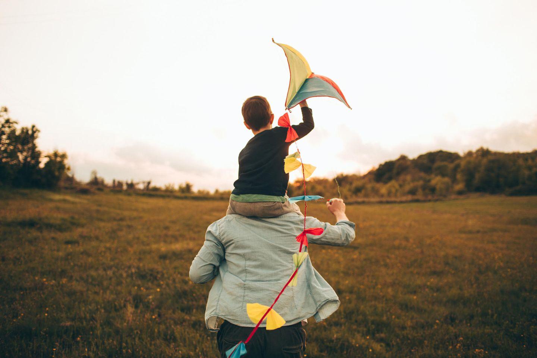 Vater und Sohn laufen zusammen