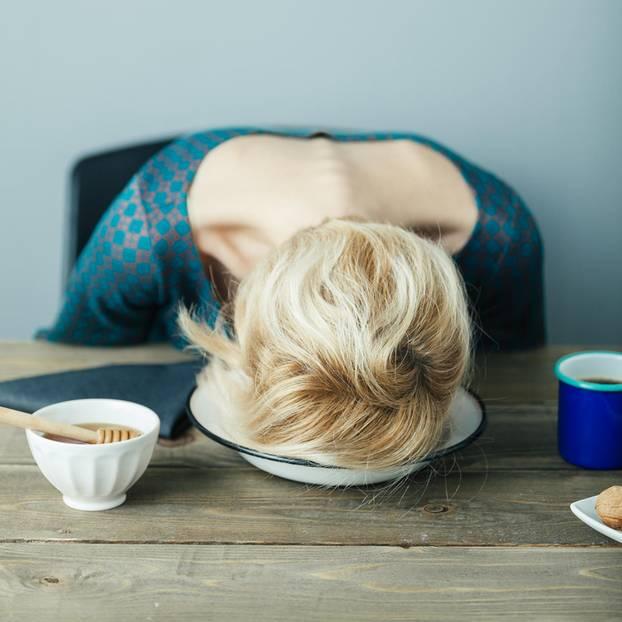 Mutter ist auf Teller eingeschlafen beim Frühstück
