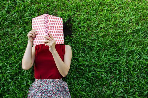 Buchtipps der Redaktion: Frau hält Buch vor Gesicht