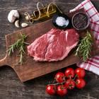 Rumpsteak grillen: Rohes Fleisch auf dem Schneidebrett mit Zutaten