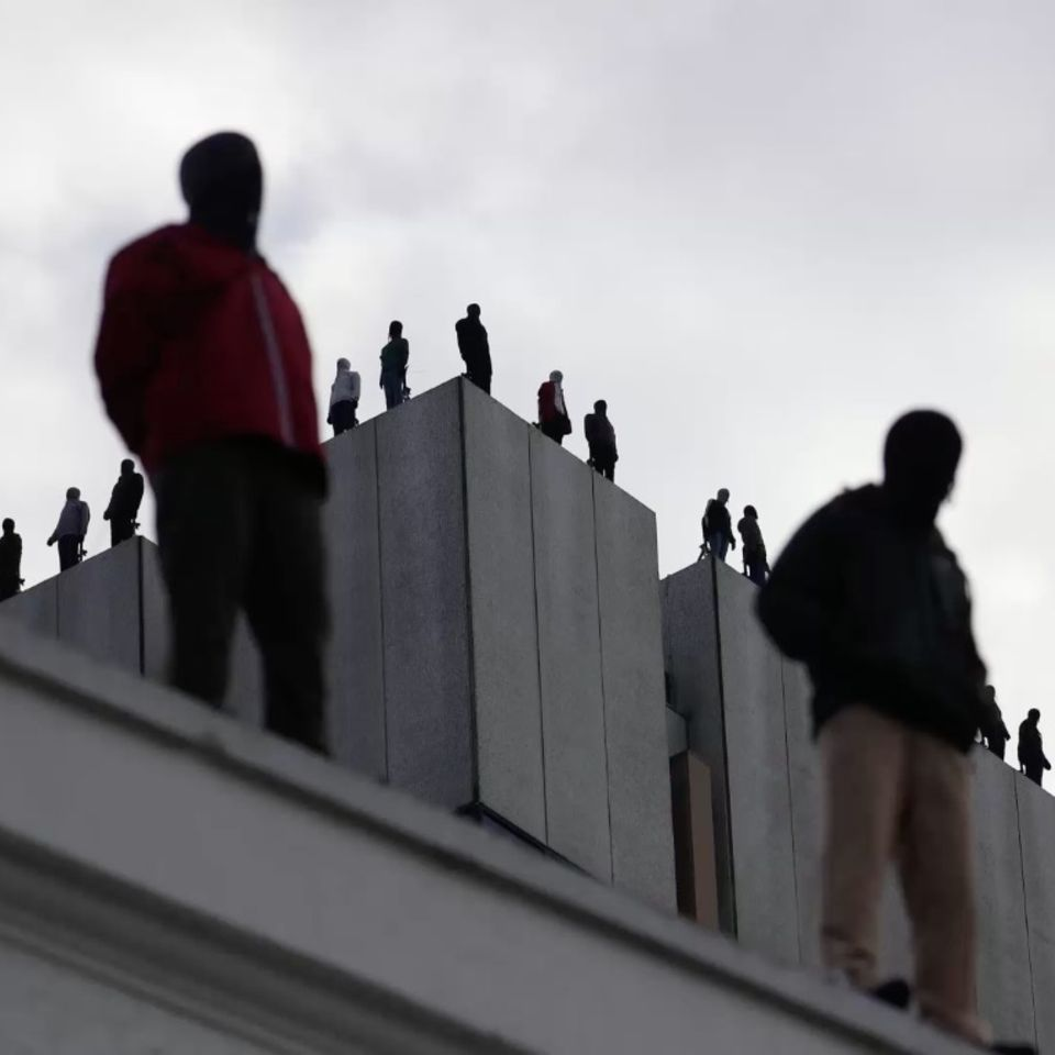 Gruseliges Foto: Männer auf Hochhaus