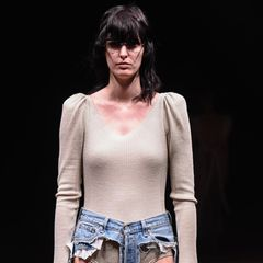 Modell trägt Thong Jeans von Thibaut