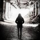 Birgit S. nach Vergewaltigung: Frau von hinten in Schwarz/Weiß