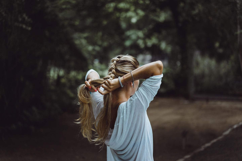 Französische Zopf: Frau flechtet ihre Haare