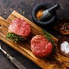 Rinderfilet grillen: rohes Filet Mignon mit Gewürzen und Grillgabel