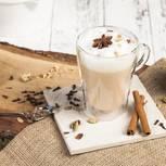 Chai Latte: Glastasse mit Teegetränk
