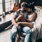 Liebes-Beschützer: Paar kuschelt auf einem Sessel