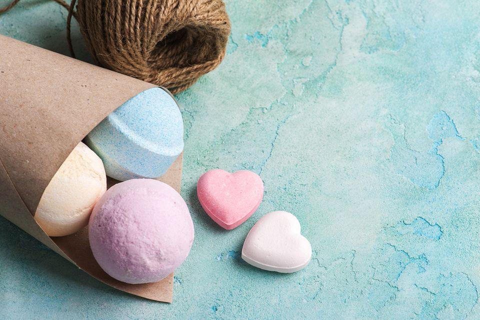 Badekugeln selber machen: Badekugeln in Herzform