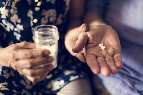 Ibuprofen gegen Alzheimer: Ältere Frau mit Tabletten