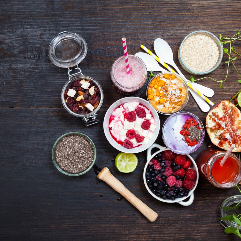 Primal Eating: diverse Früchte, Chia Samen und Nüsse auf dunklem Untergrund