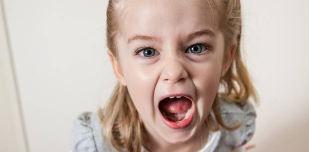 Trotzanfälle und Wutausbrüche: Mädchen schreit aus vollem Halse und ist wütend