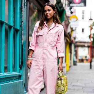 Bloggerin trägt Outfit mit rosa Denim