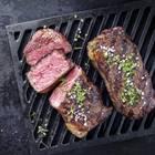 Entrecôte grillen: Gegrilltes Fleisch mit Gewürzen auf dem Rost