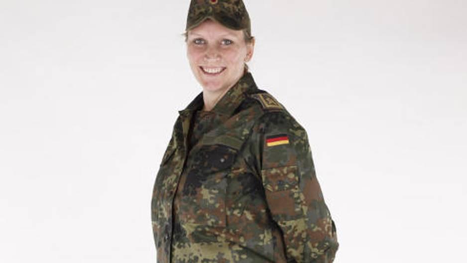 Schwangerschafts-Uniform: Soldatin lächelt in die Kamera