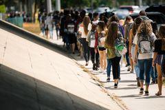 USA: Schüler mit durchsichtigen Rucksäcken