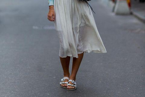 Frau trägt Birkenstocks