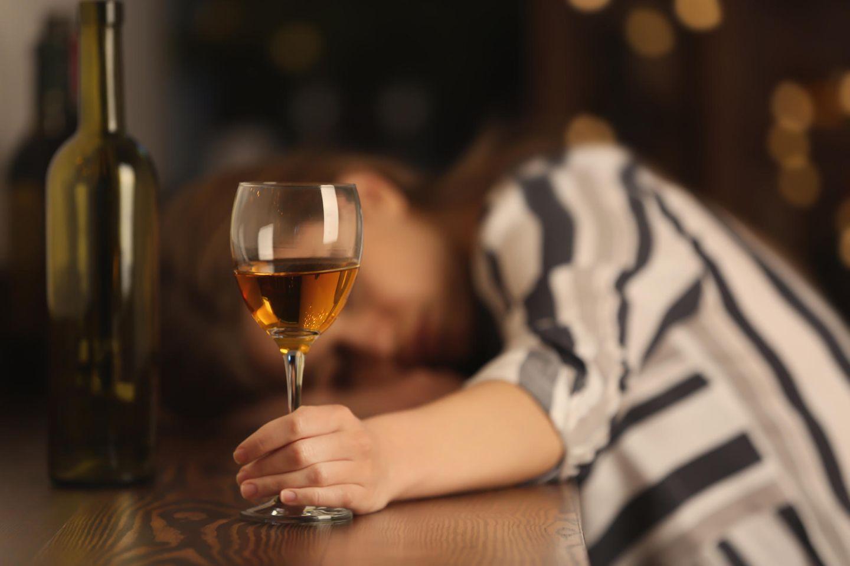 Brandenburg: Betrunkene Frau mit Weinglas