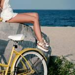 Frau trägt Schnür-Sandaletten im Urlaub