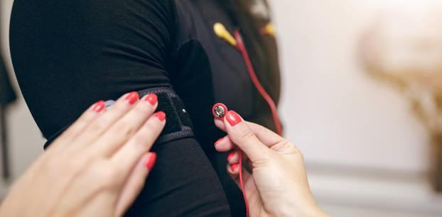 EMS-Training: Frau wird für das EMS-Training verkabelt