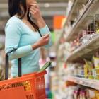 Günstigster Supermarkt: Frau steht vor Regal