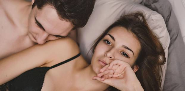 Wie komme ich zum Orgasmus: Mann und Frau im Bett