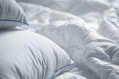 Daunendecke waschen: Bett mit Daunendecke