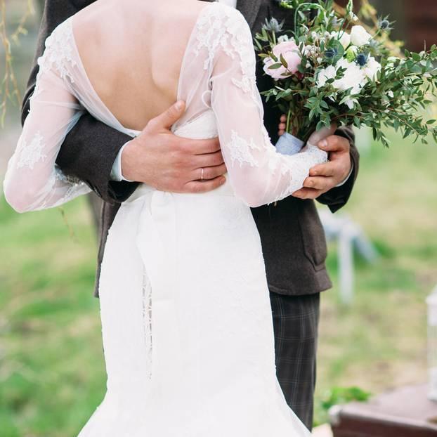 Hochzeitstanz: Brautpaar eng umschlungen