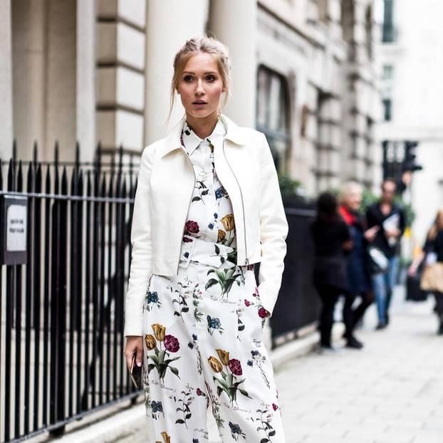 Bloggerin trägt Jumpsuit und Lederjacke