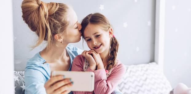 Facebook: Frau küsst ihre Tochter und macht dabei ein Selfie