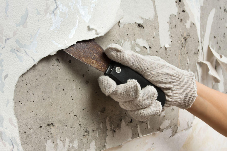 Tapeten entfernen: Tapete von Wand mit Spachtel entfernen
