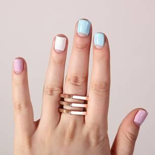 Frau mit bunt lackierten Nägeln