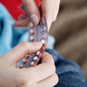 Pille im Langzyklus: Hände mit einer Packung der Pille