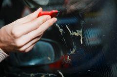 Klebereste entfernen: Kleber von Glas entfernen