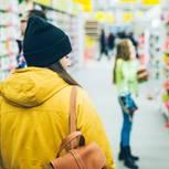 Eine Frau schlendert durch einen Supermarkt