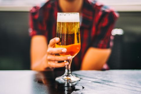 Frau mit Bier