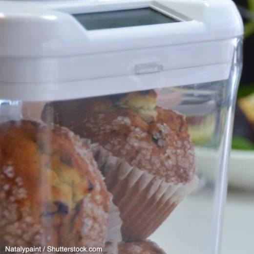 Kuchen-Safe vor einem Salatteller