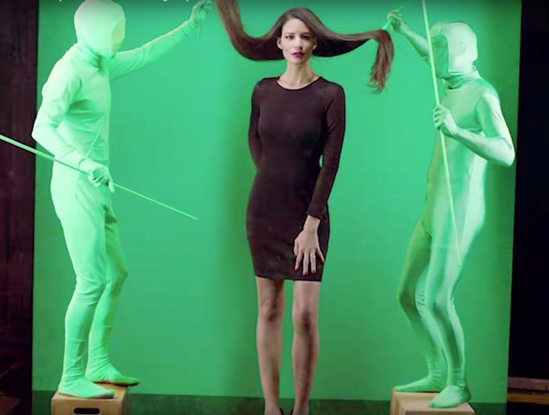 Frau steht vor Green Screen